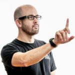 Person som använder OrCam MyEye Pro på sina glasögon
